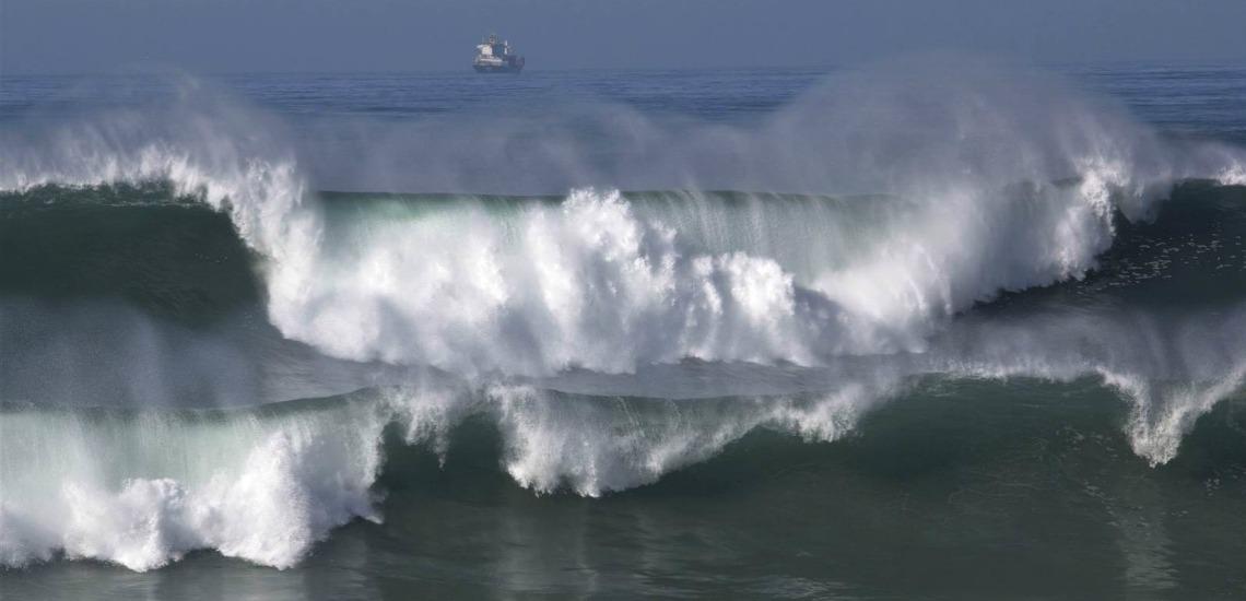 Autoridades recomendam precaução junto à costa devido a agitação marítima
