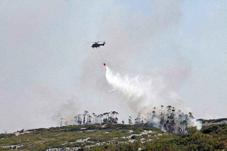 Mais de duzentos bombeiros combatem as chamas em Porto de Mós