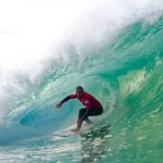 Outubro é mês de ondas e arrasta atletas mundiais para região