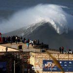Surfista apanhado por uma onda gigante, sofre queda aparatosa