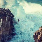 Slackline: caminhar suspenso numa corda por cima das ondas da Nazaré é o novo desafio