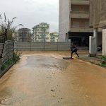 Água e lama inundam ruas e caves na Quinta de Santo António, em Leiria