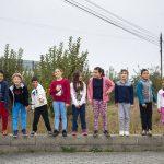 Pais levam filhos à escola a pé e promovem estilos de vida saudáveis