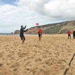Contra ventos e marés, eles permanecem na praia com areia rija e boa disposição