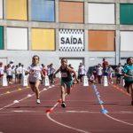 Crianças desafiadas a experimentar atletismo no estádio