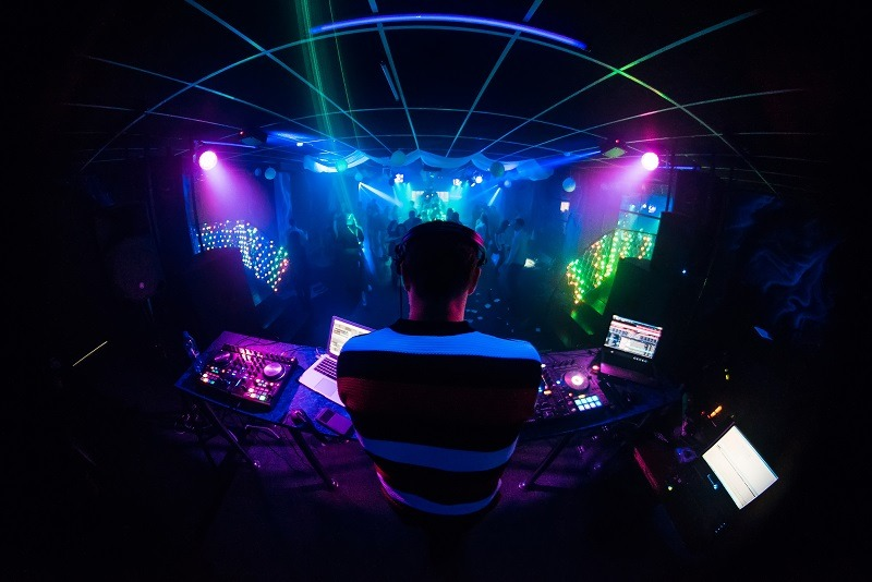 Deejay toca na noite