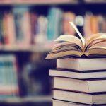 Livro aberto numa biblioteca