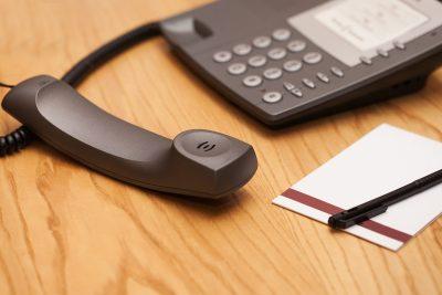 Telefone e bloco de apontamentos