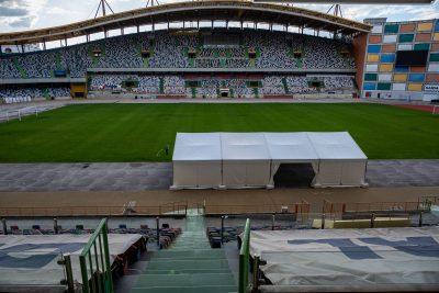 tenda montada no estádio municipal de leiria para testes à Covid-19