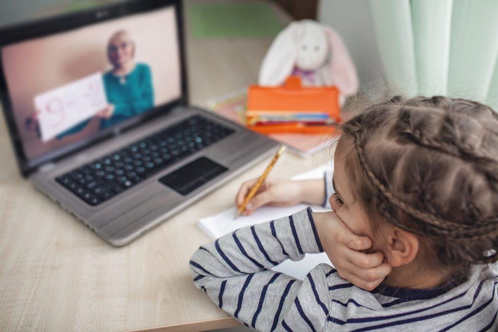 #EscolaEmCasa transmite aulas à distância