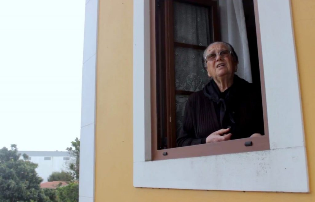 Mulher canta à janela