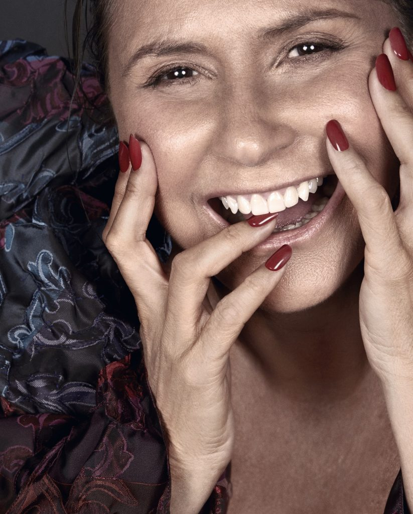 rosto da cantora brasileira Fafá de Belém