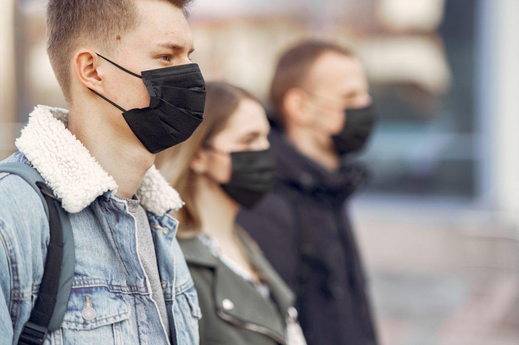 pessoas usando máscara na rua