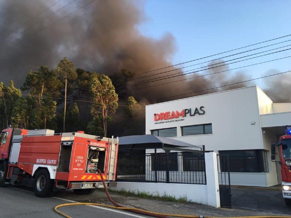 imagem de fogo nas instalações da fábrica Dreamplas