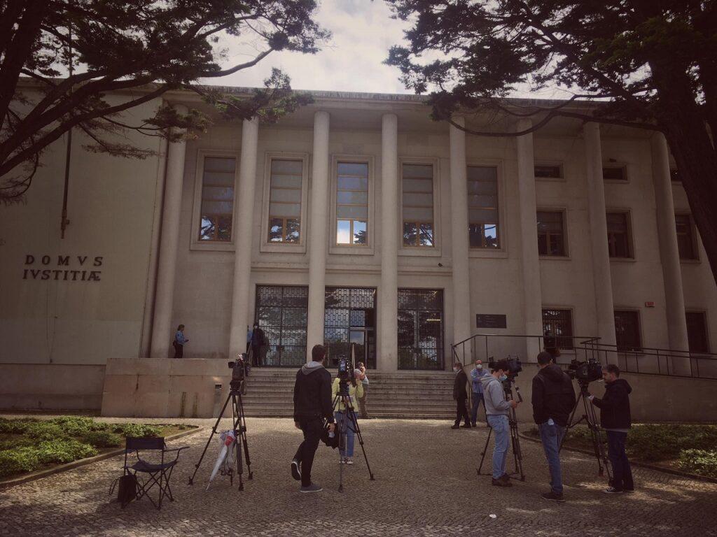 jornalistas no exterior do palácio da justiça em Leiria para acompanhar julgamento relativo aos incêndios de Pedrógão Grande