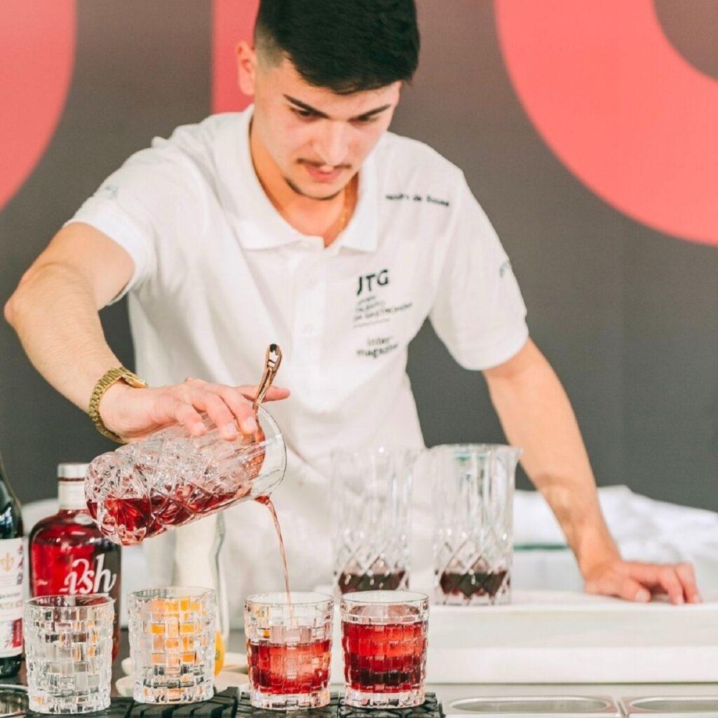 foto do barman Leandro Sousa a preparar um cocktail